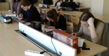 Akademijos Ugnės Karvelis gimnazijos moksleiviai universiteto fizikos laboratorijose
